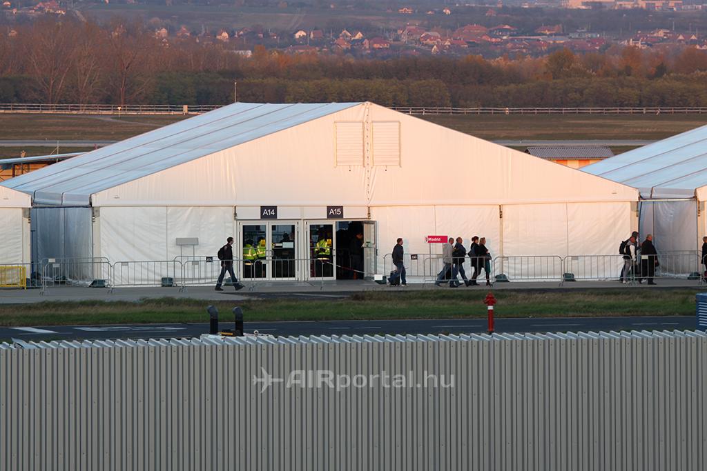 Az új beszállítókapuknak helyet adó sátrak közül az egyik, amelyik az utasokat megvédeni hivatott az időjárás viszontagságaitól a téli időszakban. | © AIRportal.hu