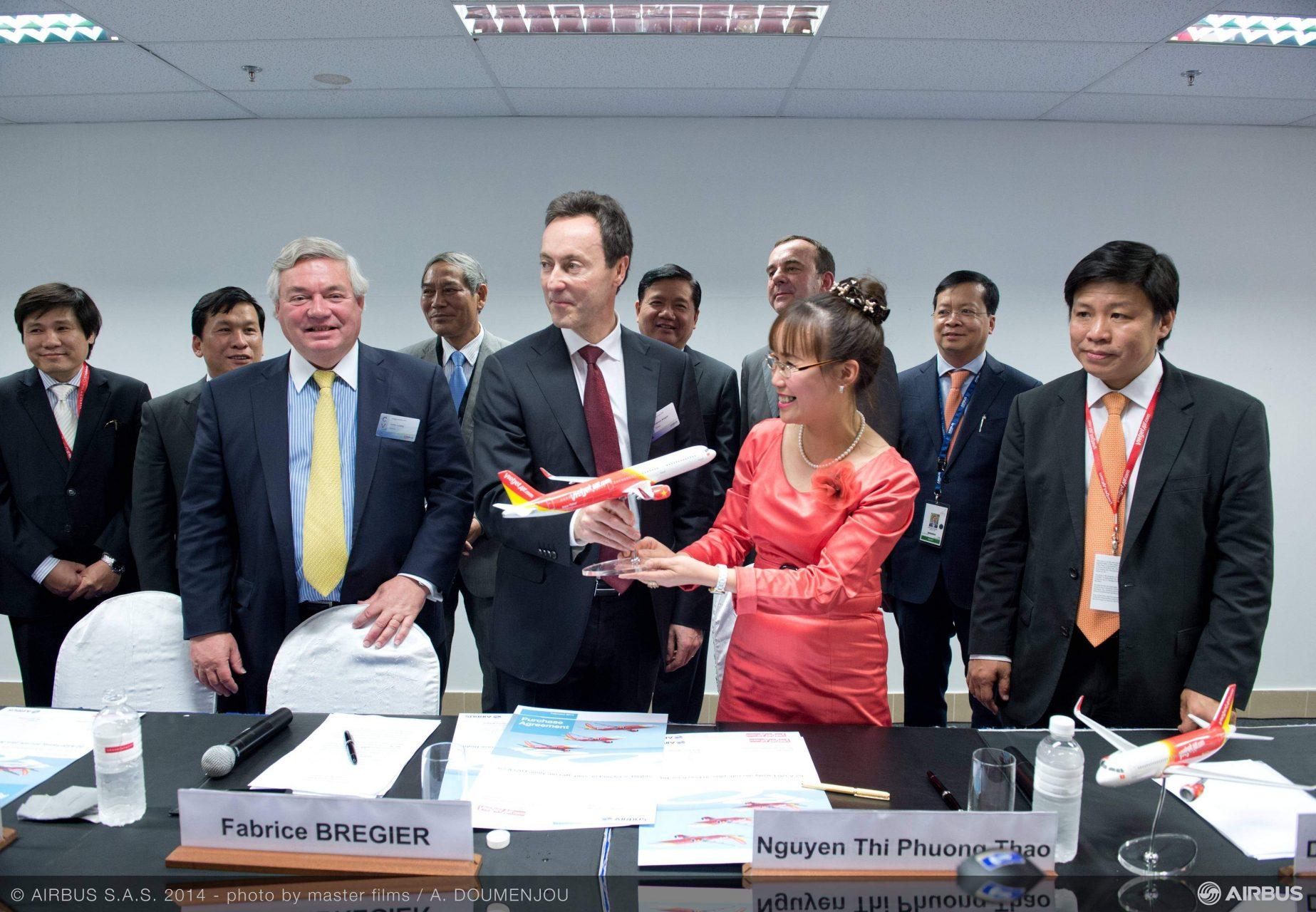 A légi szalon legnagyobb megrendelésének aláírása után nagy az öröme az Airbus és a VietJetAir vezetőinek (Fotó: Airbus Company). | © AIRportal.hu