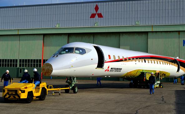 Frissen festve gurul ki a hangárból az első MRJ. (Fotó: Mitsubishi Aircraft)   © AIRportal.hu