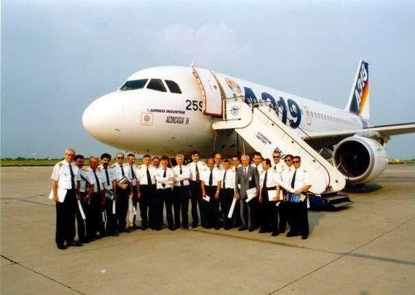 A JAT és az Airbus delegációja a rendelésről szóló megállapodást követően. (Forrás: EX-YU Aviation)   © AIRportal.hu