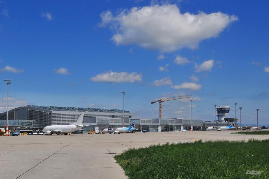 A pozsonyi repülőtér terminálja. A légikikötő a Boeing 747-es típus 400F alváltozatát még képes lenne fogadni, ám a legújabb verzióhoz már nem kompatibilis a futópálya. (Fotó: Bratislava Airport)   © AIRportal.hu