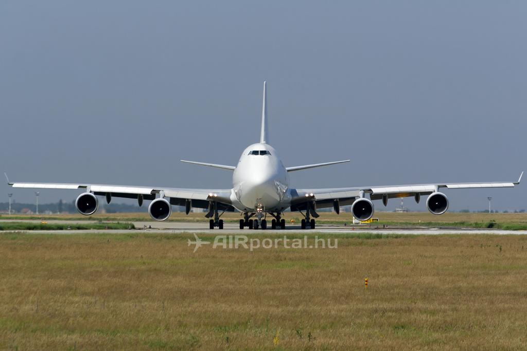 A Boeing 747-400F típusa a Liszt Ferenc repülőtér 13L futópályáján. (Fotó: Mészáros Balázs - AIRportal.hu)   © AIRportal.hu