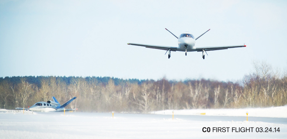 Levegőben a C-Zero. Háttérben a szorgos előd, a V1 (Forrás: Cirrus Aircraft) | © AIRportal.hu