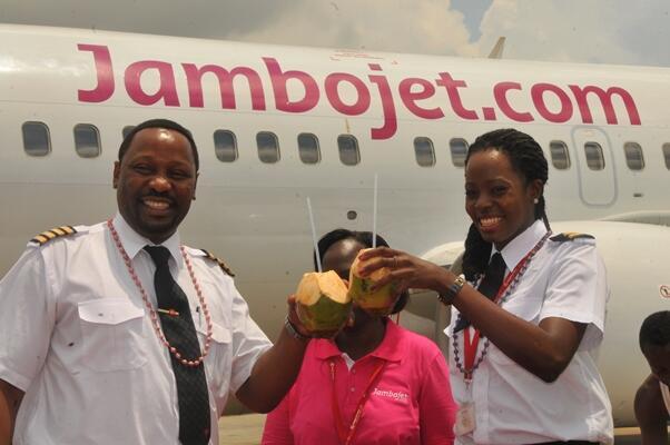 Az első járatot teljesítő gép kapitánya Aquinói Birika és elsőtisztje Wanjiru Gichaga koktéllal ünnepelnek. (Fotó: Jambojet.com) | © AIRportal.hu