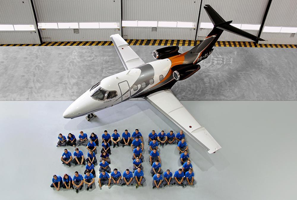 A 300. Phenom 100-as és a gyár dolgozói. A típust Brazíliában és az Egyesült Államokban is gyártják. (Fotó: Embraer)   © AIRportal.hu
