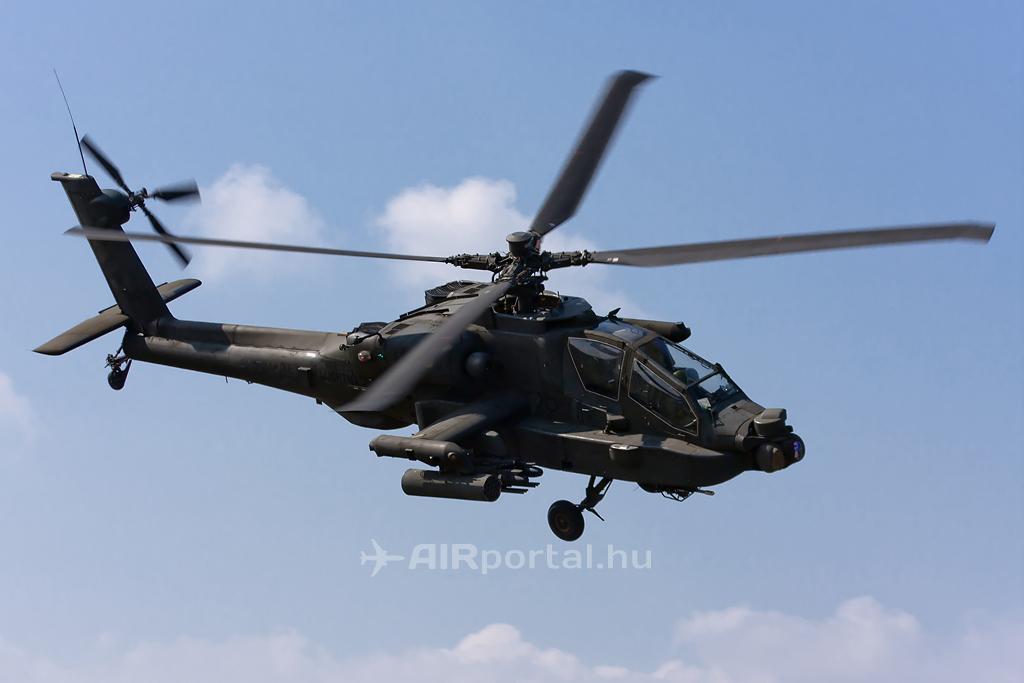 A holland AH-64D Apache rácsapást hajt végre a célterület felett. (Fotó: Mészáros Balázs - AIRportal.hu) A képre kattintva galéria nyílik!   © AIRportal.hu