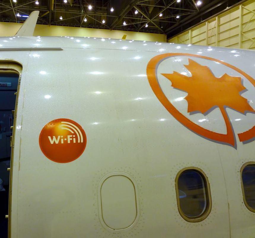 A logo egyértelműen tudatosítja a gép utasaival, hogy bizony egy WI-Fi-vel szerelt gépen utaznak. (Fotó: Air Canada) | © AIRportal.hu
