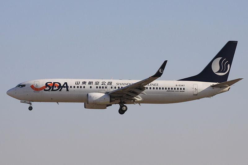 A Shandong Airlines flottáját meghatározó típus a Boeing 737-800-as. (Fotó: Wikimedia Commons - RussAvia) | © AIRportal.hu