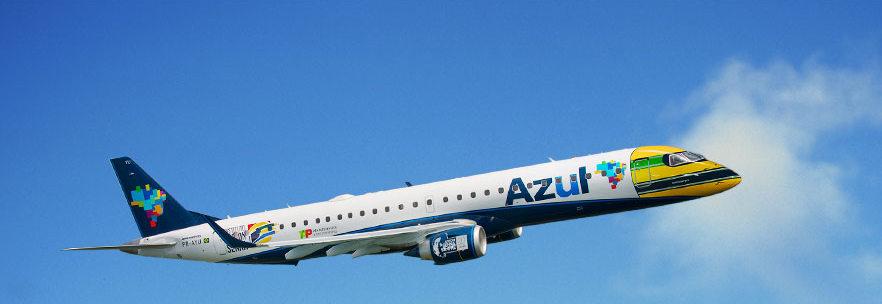 Az Embraer E-195-ösön megjelenik a versenyző kultikussá vált nemzeti színű bukósisakja, ami a leghangsúlyosabb része a logójetnek. (Forrás: Azul) | © AIRportal.hu