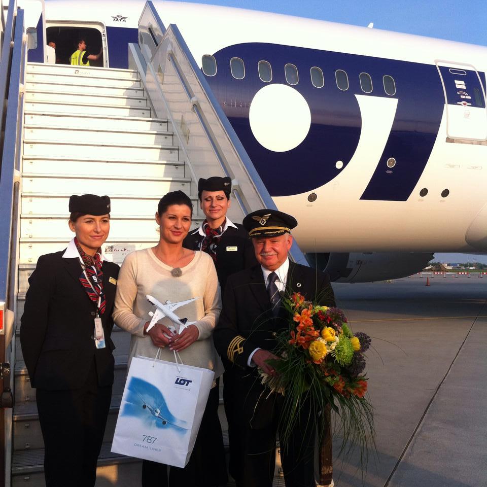 Az internetes szavazás nyertese és a gépet hazakísérő személyzet. (Fotó: LOT) | © AIRportal.hu