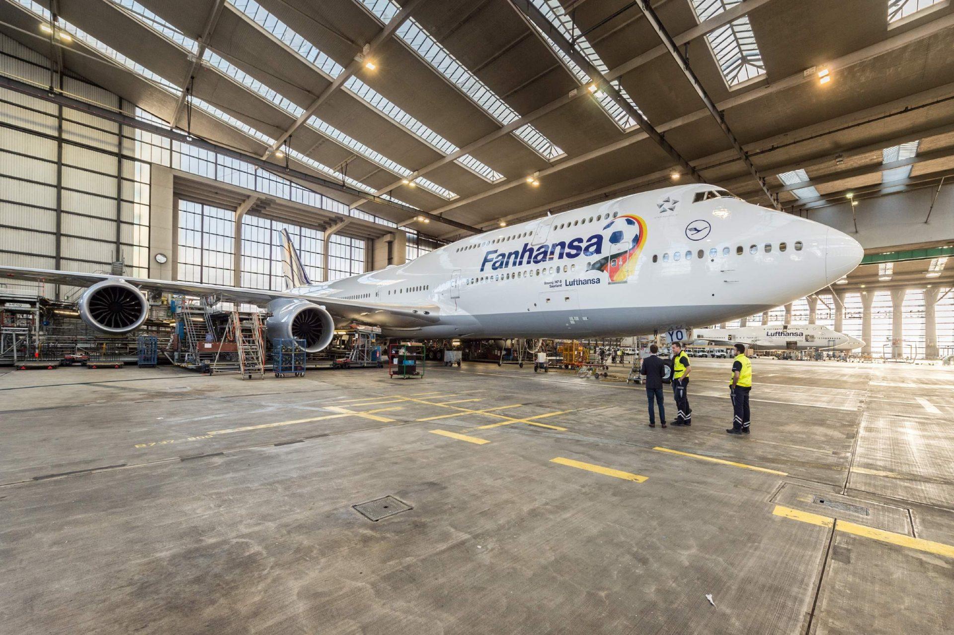 A Fanhansa logóval ellátott Boeing 747-8I a Lufthansa Technik hangárjában. (Fotó: Lufthansa) | © AIRportal.hu