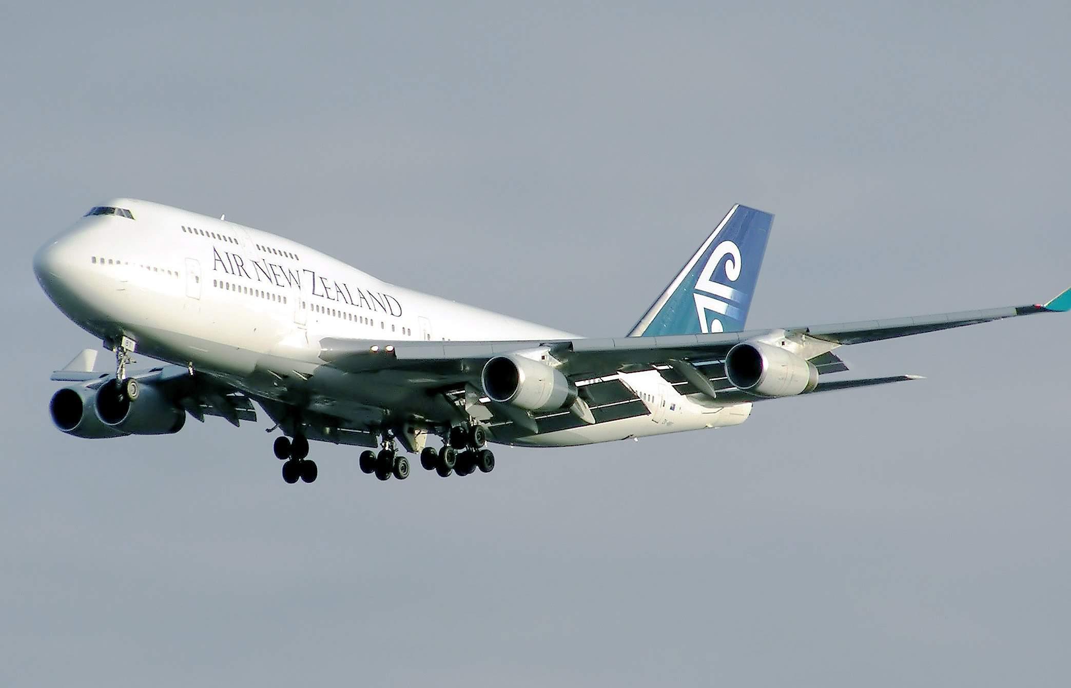 Az Air New Zealand egyik Boeing 747-400-asa földetérés előtt. (Forrás: Wikimédia - Arpingstone)   © AIRportal.hu