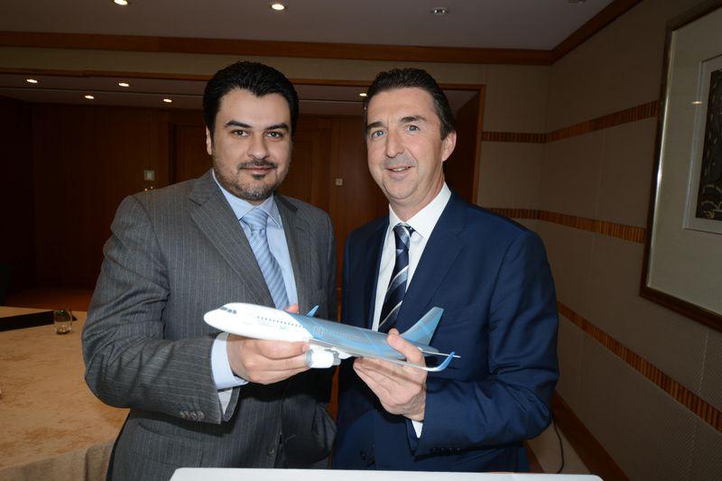 Abdulaziz Al Rowaished, az Aviation Link of Jeddah elnök-vezérigazgatója és Benoit Defforage, az Airbus Corporate Jets ügyvezető igazgatója az Airbus ACJ320 modelljével. (Forrás: Airbus) | © AIRportal.hu