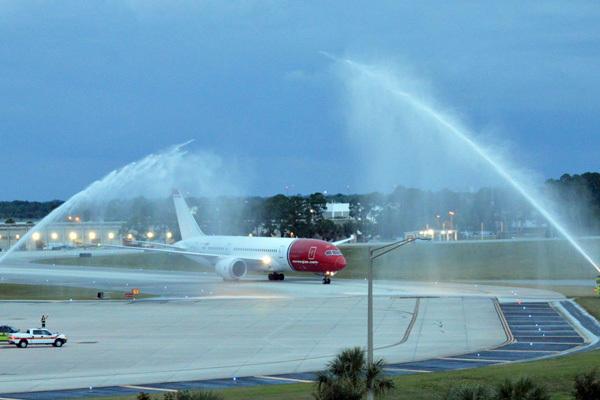 Járatnyitó fogadtatás, sűrűn van most ilyenben része a Norwegian Dreamlinereinek.(Fotó: Orlando International Airport) | © AIRportal.hu