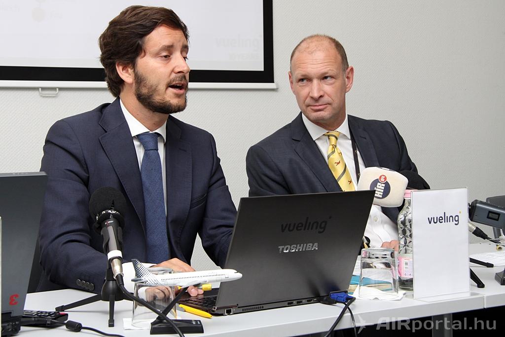 Javier Suarez, a Vueling járatfejlesztési igazgatója és Jost Lammers, a Budapest Airport vezérigazgatója a mai sajtótájékoztatón a SkyCourt konferencia termében. (Fotó: Csemniczky Kristóf - AIRportal.hu) | © AIRportal.hu