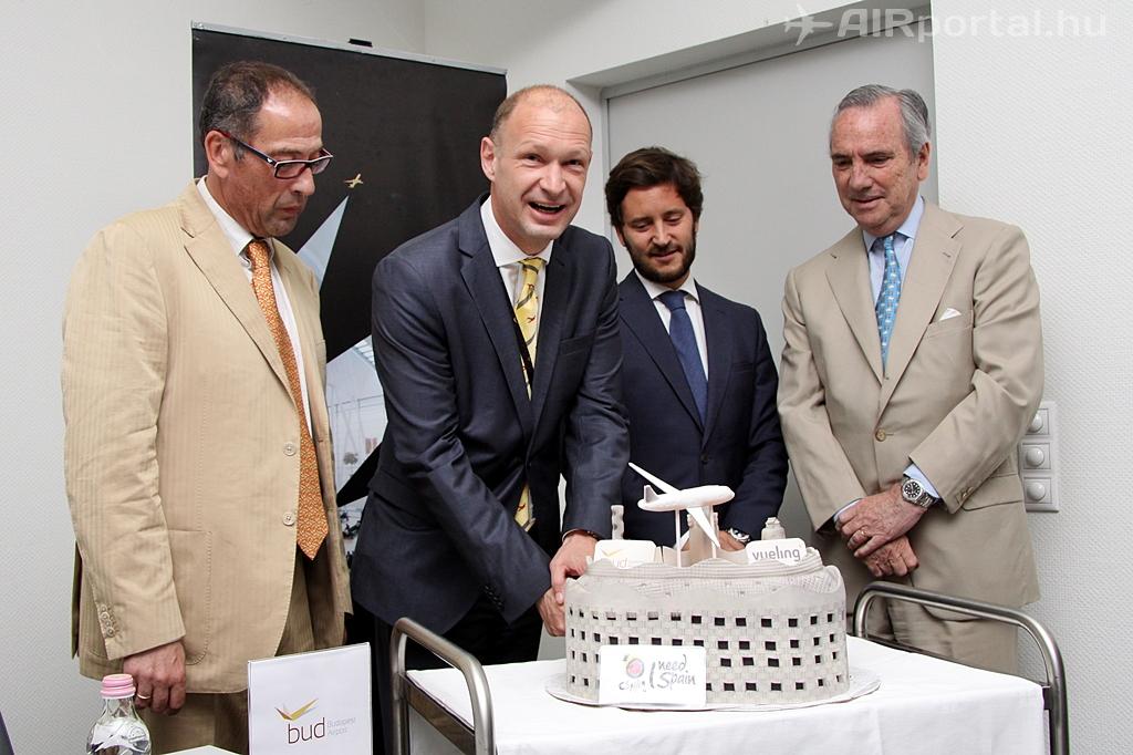 A Budapest Airport járatköszöntő ünnepi tortájának felszelése. Jobb oldalt a spanyol nagykövet, Enrique Pastor de Gana. (Fotó: Csemniczky Kristóf - AIRportal.hu) | © AIRportal.hu