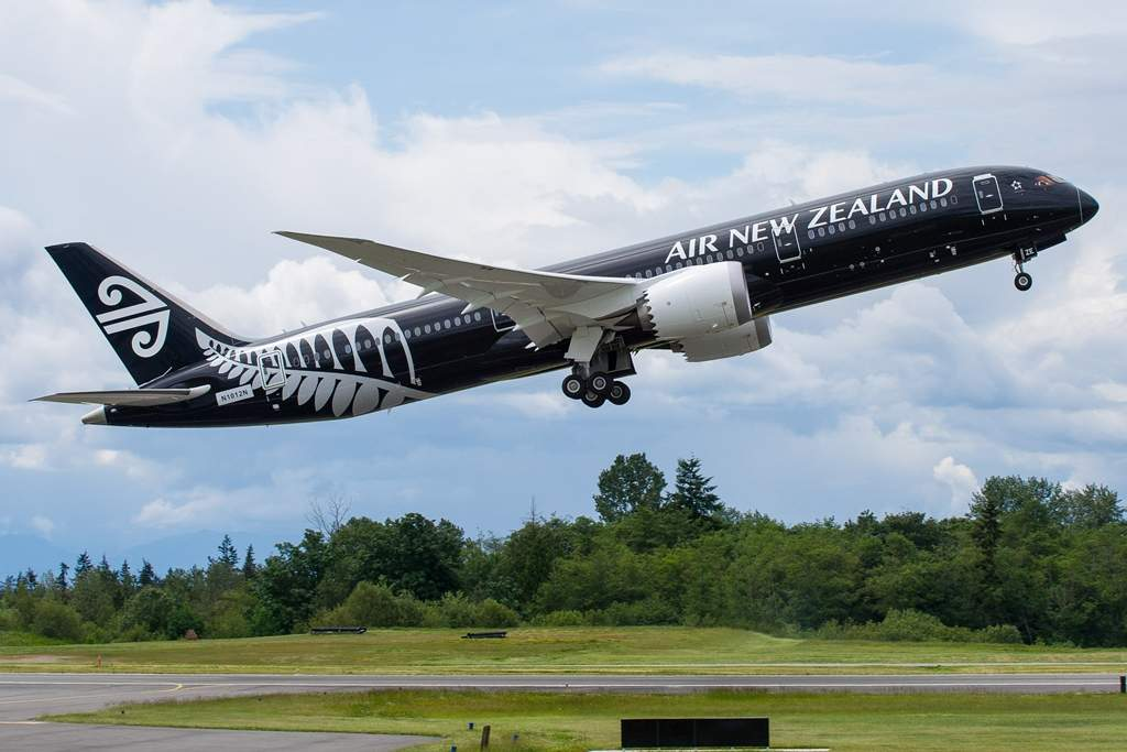 Felszállás közben a különleges, fekete alapú festést viselő új-zélandi 9-es Dreamliner. (Fotó: Boeing Company)   © AIRportal.hu