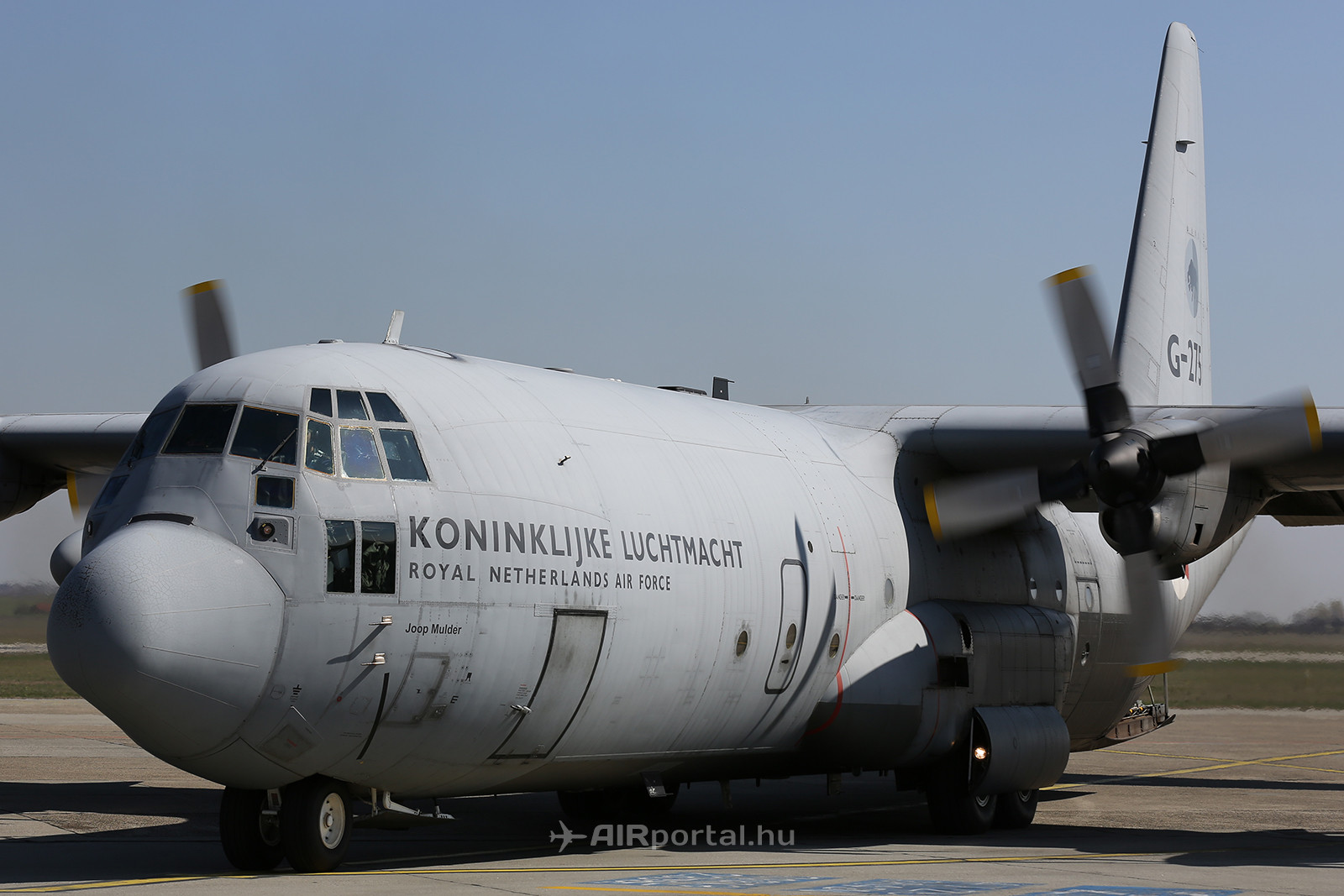 A holttesteket a Holland Légierő 2db szállítógépe viszi Eindhovenbe. (Fotó: AIRportal.hu) | © AIRportal.hu