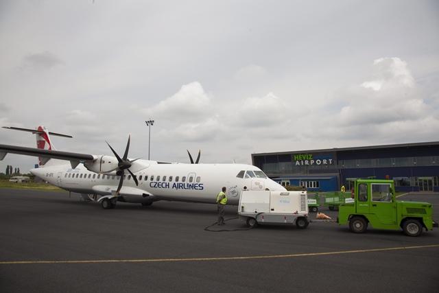 A cseh légitársaság ATR típusú gépe Sármelléken. (MTI Fotó: Varga György) | © AIRportal.hu