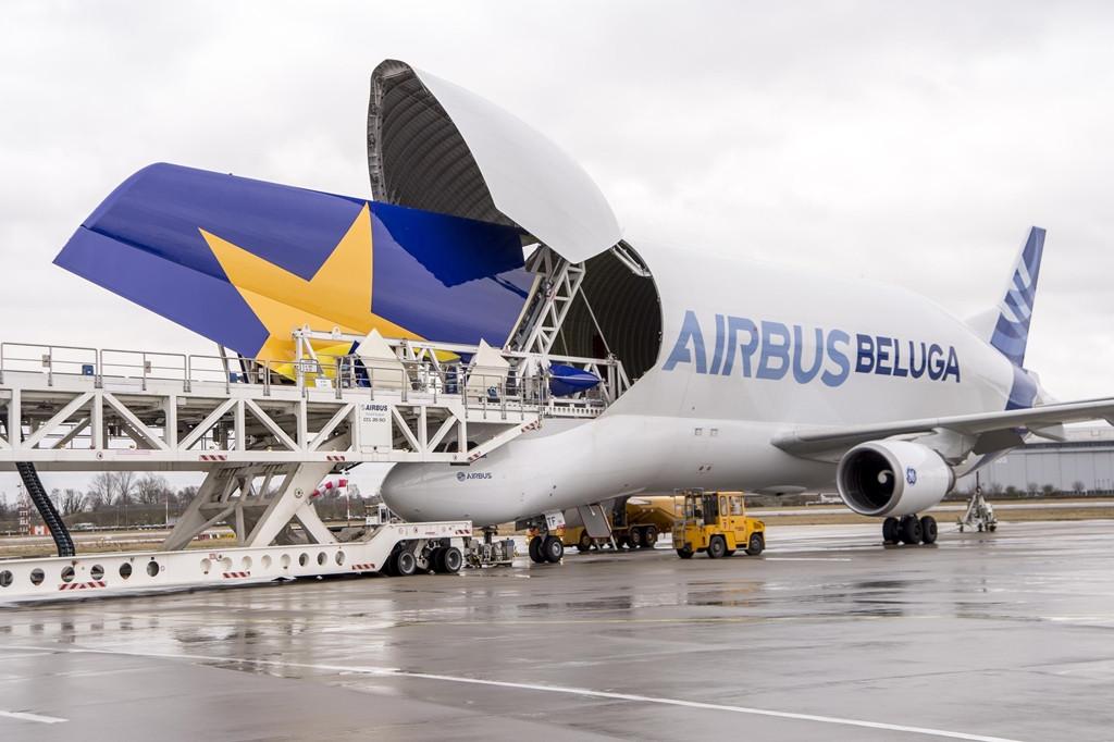 Az első Skymarks A380-as függőleges vezérsíkját szállítja egy Beluga a toulouse-i végszerelősorra. 2014. január. (Fotó: Airbus)   © AIRportal.hu