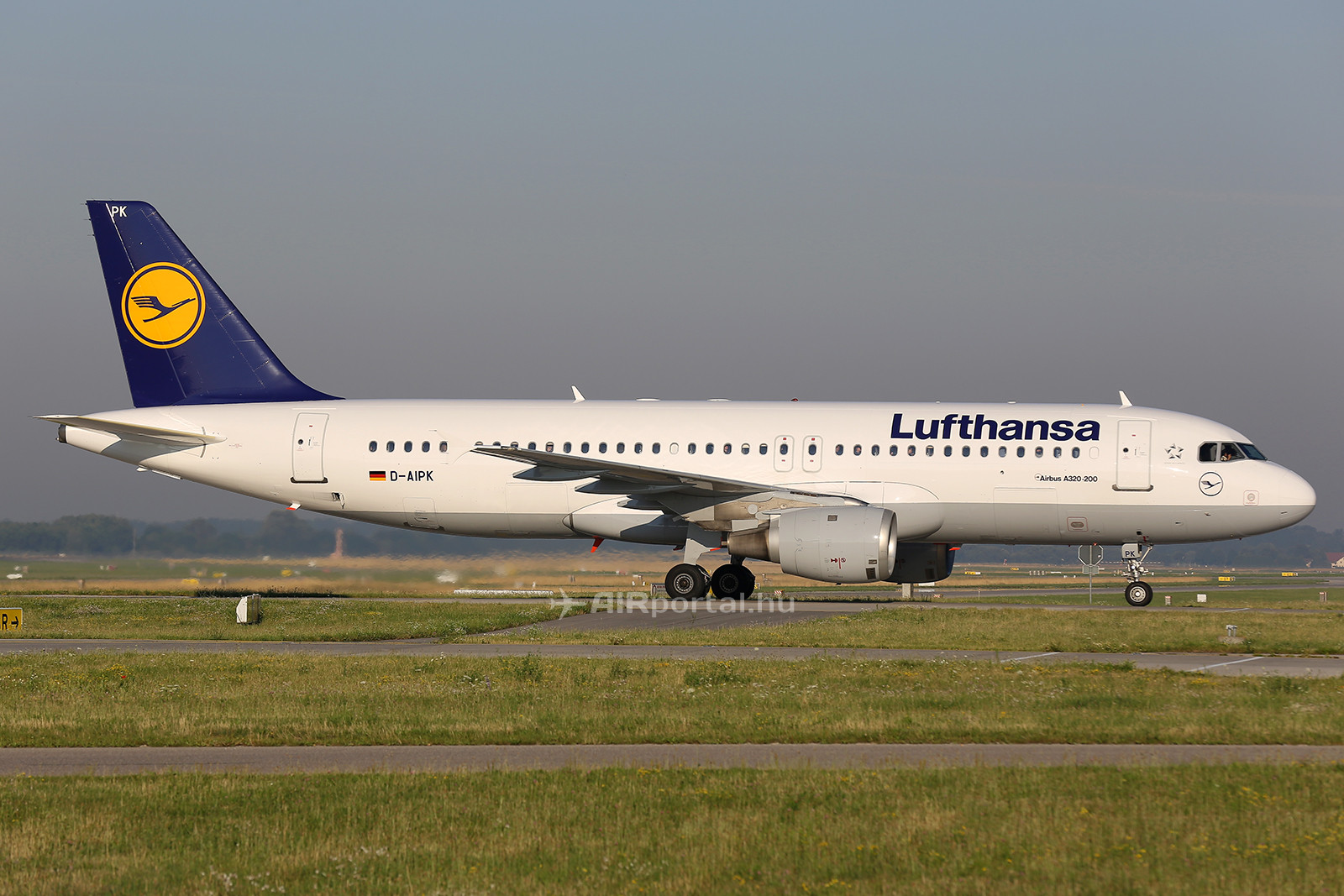 A Lufthansa D-AIPK lajstromjelű Airbus A320-211 típusú repülőgépe pár héttel az esetet megelőzően a müncheni repülőtéren. (Fotó: AIRportal.hu) | © AIRportal.hu