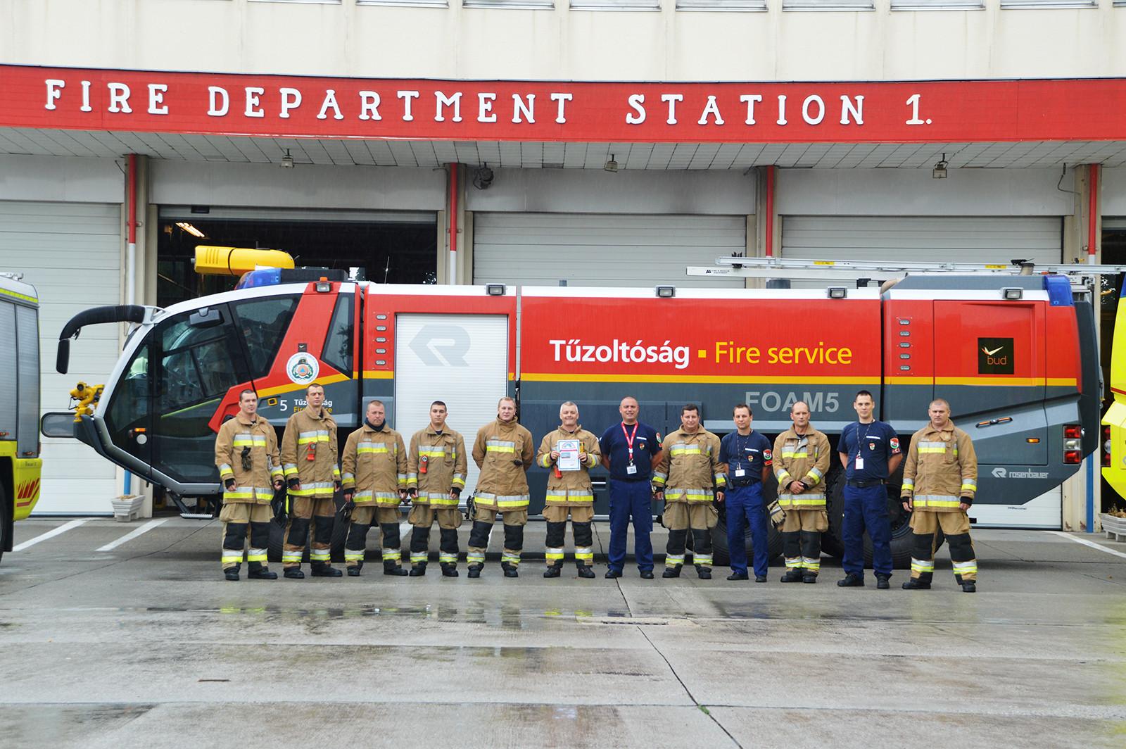 A győztes csapat. A képre kattintva galéria nyílik! (Fotó: Repülőtéri Hivatásos Tűzoltóparancsnokság) | © AIRportal.hu
