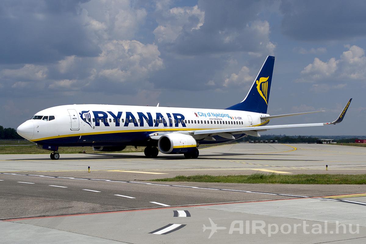 A Ryanair Boeing 737-800 típusú repülőgépe a Liszt Ferenc repülőtéren. (Fotó: Tóth Máté - AIRportal.hu) | © AIRportal.hu