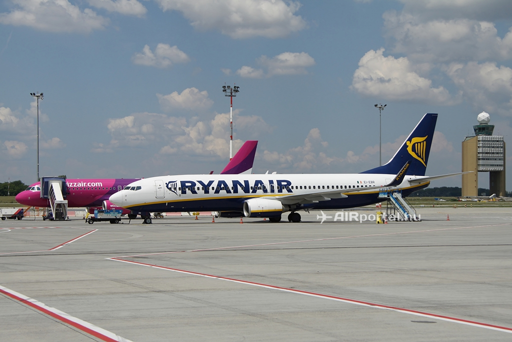 Ryanair és Wizz Air gépek állóhelyükön a budapesti Liszt Ferenc repülőtéren idén nyáron. (Fotó: Csemniczky Kristóf - AIRportal.hu)   © AIRportal.hu