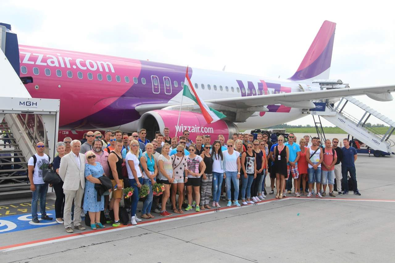 Csoportkép a magyar sportolókkal és az őket haza szállító repülőgéppel. (Fotó: Budapest Airport) | © AIRportal.hu