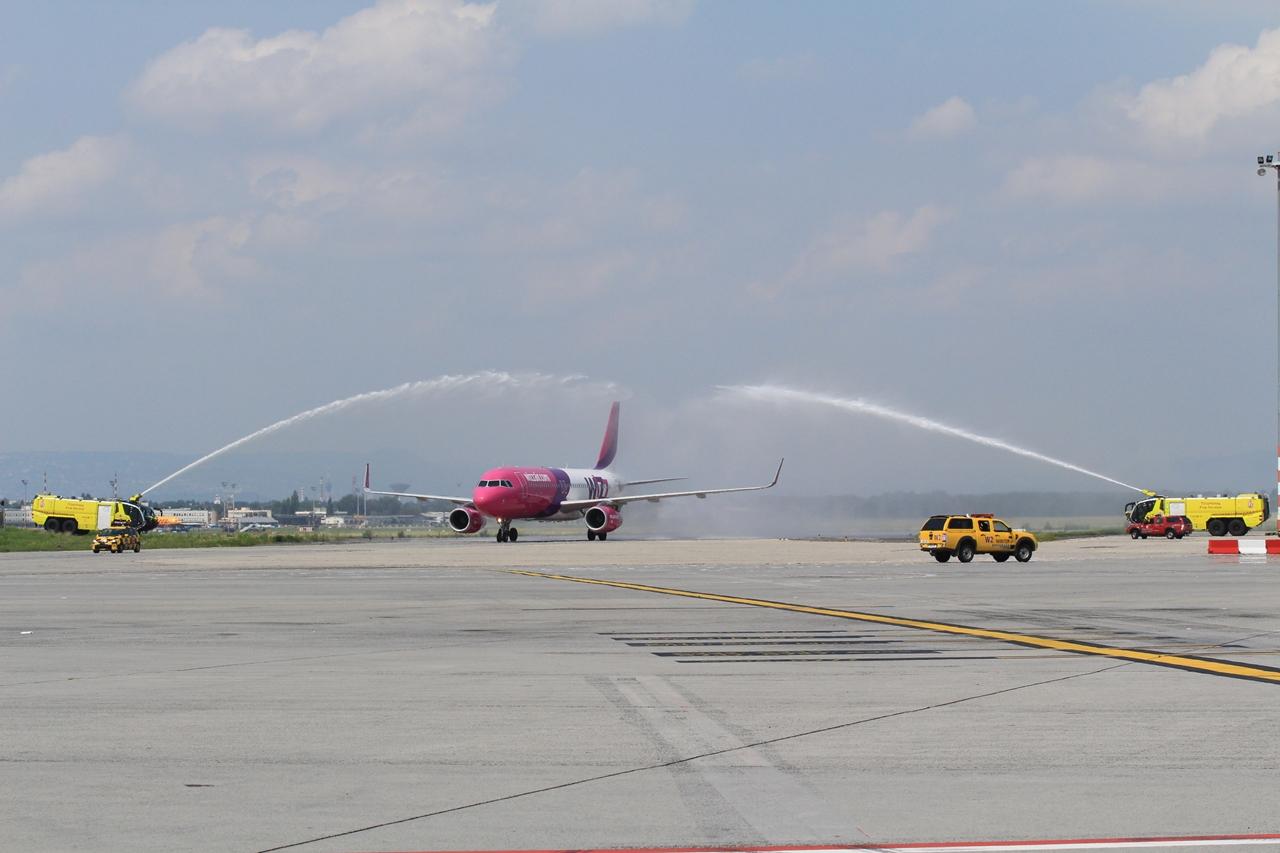 A Liszt Ferenc repülőtér diadalív vízsugaras köszöntése a sportolókat szállító Airbus A320-asnak. (Fotó: Budapest Airport) | © AIRportal.hu