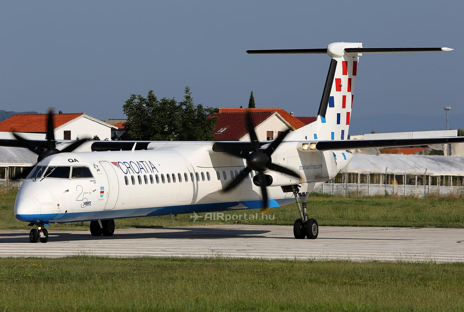 A légitársaság Q400-as gépe a 25 éves évfordulós matricával. (Fotó: AIRportal.hu) | © AIRportal.hu