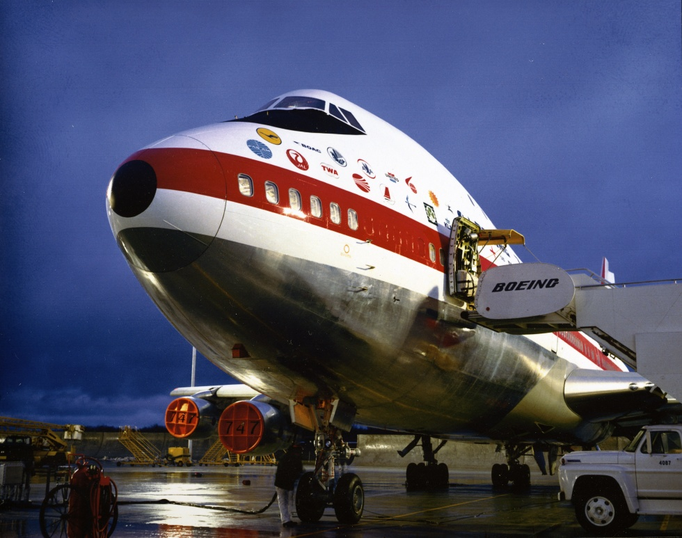 Ezen a felvételen jól látszanak a törzsre helyezett partner légitársasági emblémák, amelyek most visszakerülnek majd. (Fotó: Boeing Company)   © AIRportal.hu