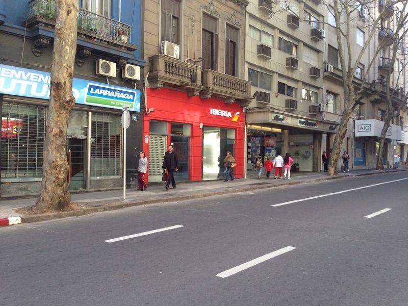 A hangsúlyos piros színnek köszönhetően már távolról jól látszik az új képviselet. (Fotó: Iberia)   © AIRportal.hu