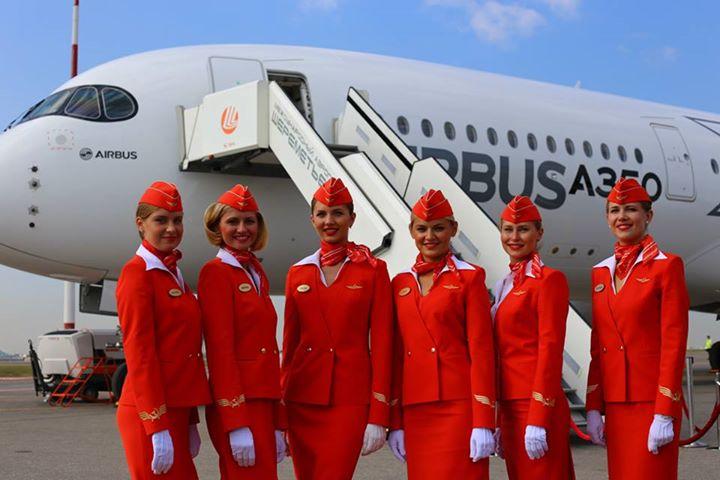 Az orosz nemzeti légitársaság utaskísérői és az A350XWB Moszkvában. (Fotó: Aeroflot) | © AIRportal.hu