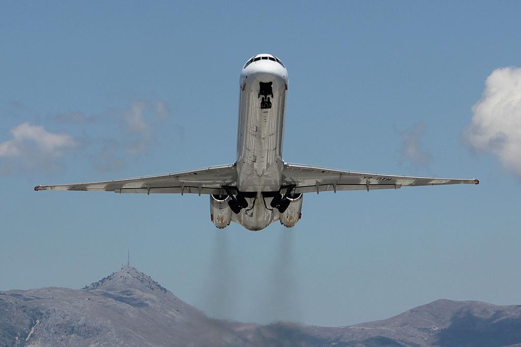 A YR-OTH lajstromjelű MD-83-as felszállás közben a korfui Ionnais Kapodistrias repülőtéren.(Fotó: Rimóczi Roland - AIRportal.hu) | © AIRportal.hu