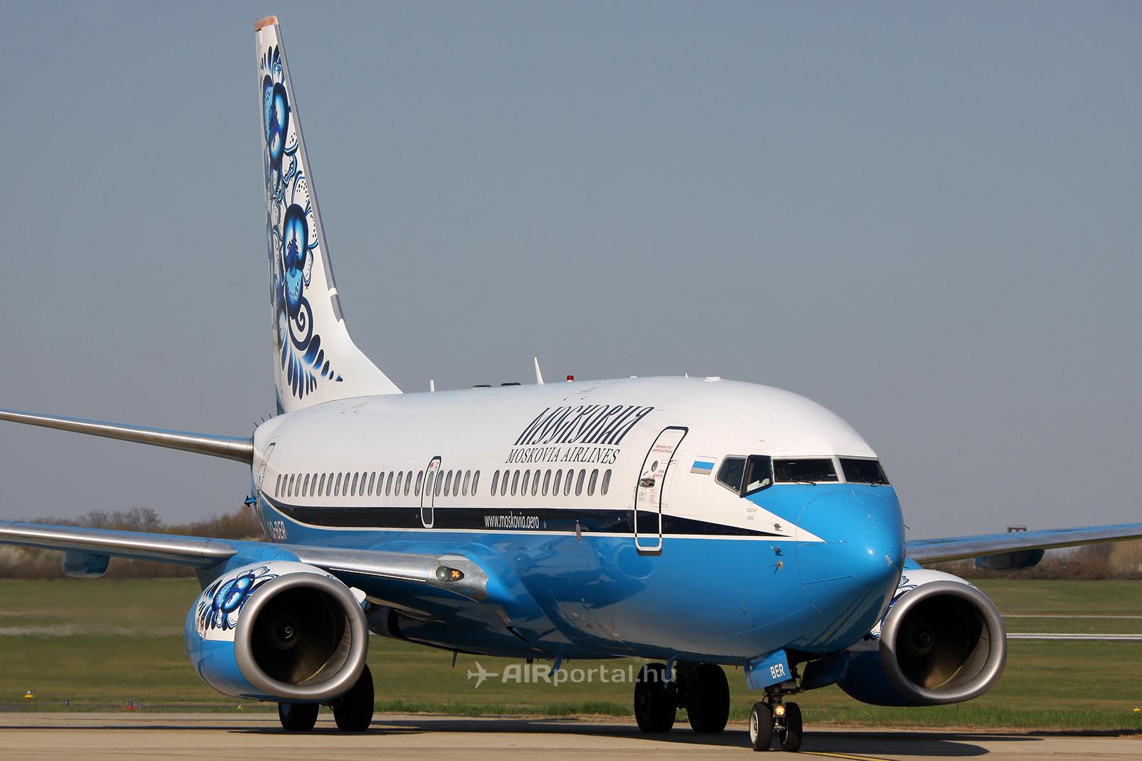 A Moskovia Boeing 737-7L9 típusú, VQ-BER lajstromjelű repülőgépe Ferihegyen, az Aeroplex műszaki előterén. (Fotó: AIRportal.hu) | © AIRportal.hu