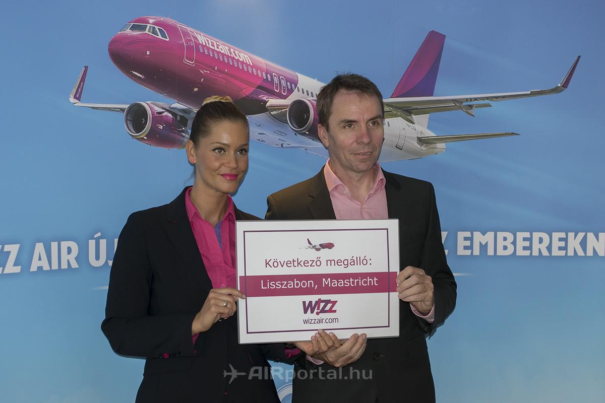 Váradi József vezérigazgató a hétfői sajtótájékoztatón, a Wizz Air egyik légiutaskísérőjével. (Fotó: AIRportal.hu)   © AIRportal.hu