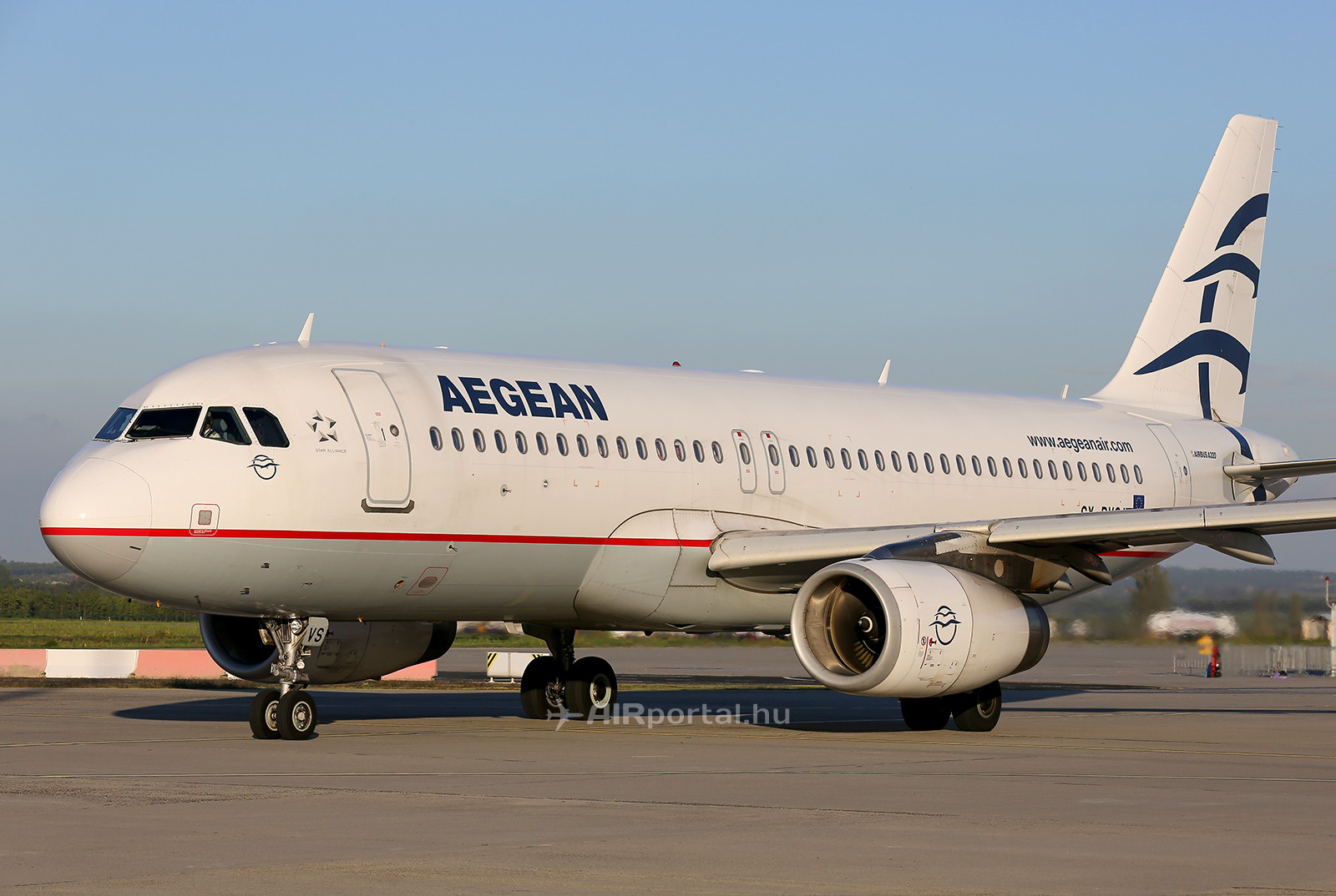 Az Aegean Airlines egyik Airbus A320-as repülőgépe Budapesten. (Fotó: AIRportal.hu) | © AIRportal.hu
