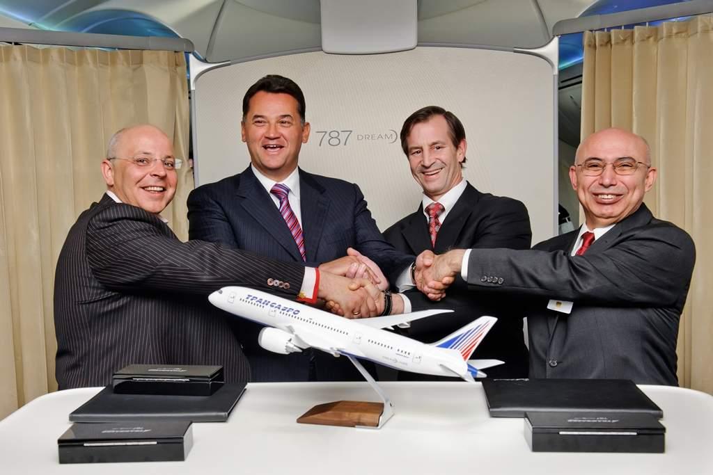 A Transaero-szerződés 2012 áprilisában az egyik Dreamliner prototípus fedélzetén. (Fotó: Boeing Company)   © AIRportal.hu