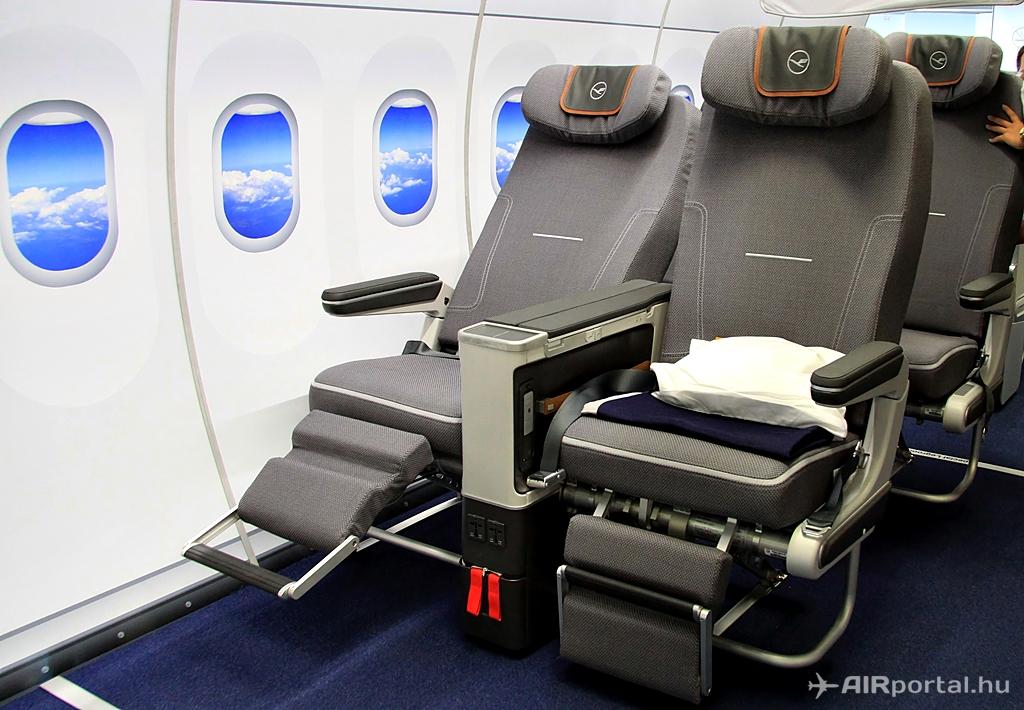 A Premium Economy ülés kihajtott lábtartóval. (Fotó: AIRportal.hu) | © AIRportal.hu