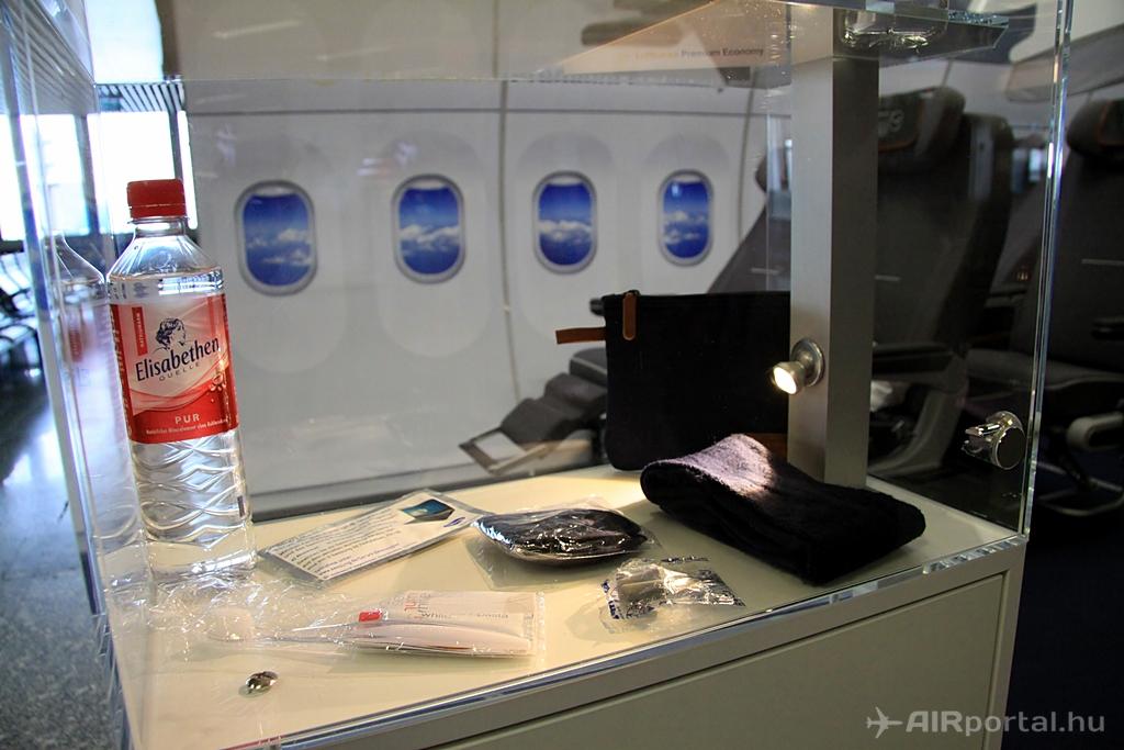 A fedélzeti pipere csomag tartalma. (Fotó: AIRportal.hu) | © AIRportal.hu