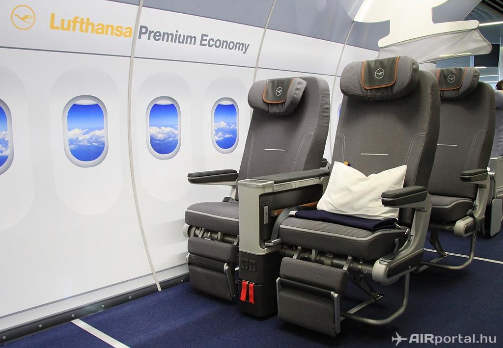 A prémium turista osztály ülései a ferihegyi mock-upban. (Fotó: AIRportal.hu) | © AIRportal.hu