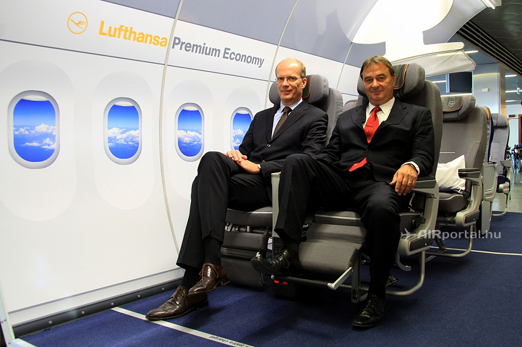 Martin Riecken és Antal Gábor a Lufthansa Premium Economy mock-upjában a budapesti repülőtéren. (Fotó: AIRportal.hu) | © AIRportal.hu