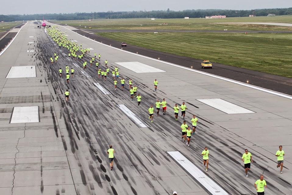 Futók a futópályán a szeptember 6-ai rendezvényen. (Fotó: Budapest Airport) | © AIRportal.hu