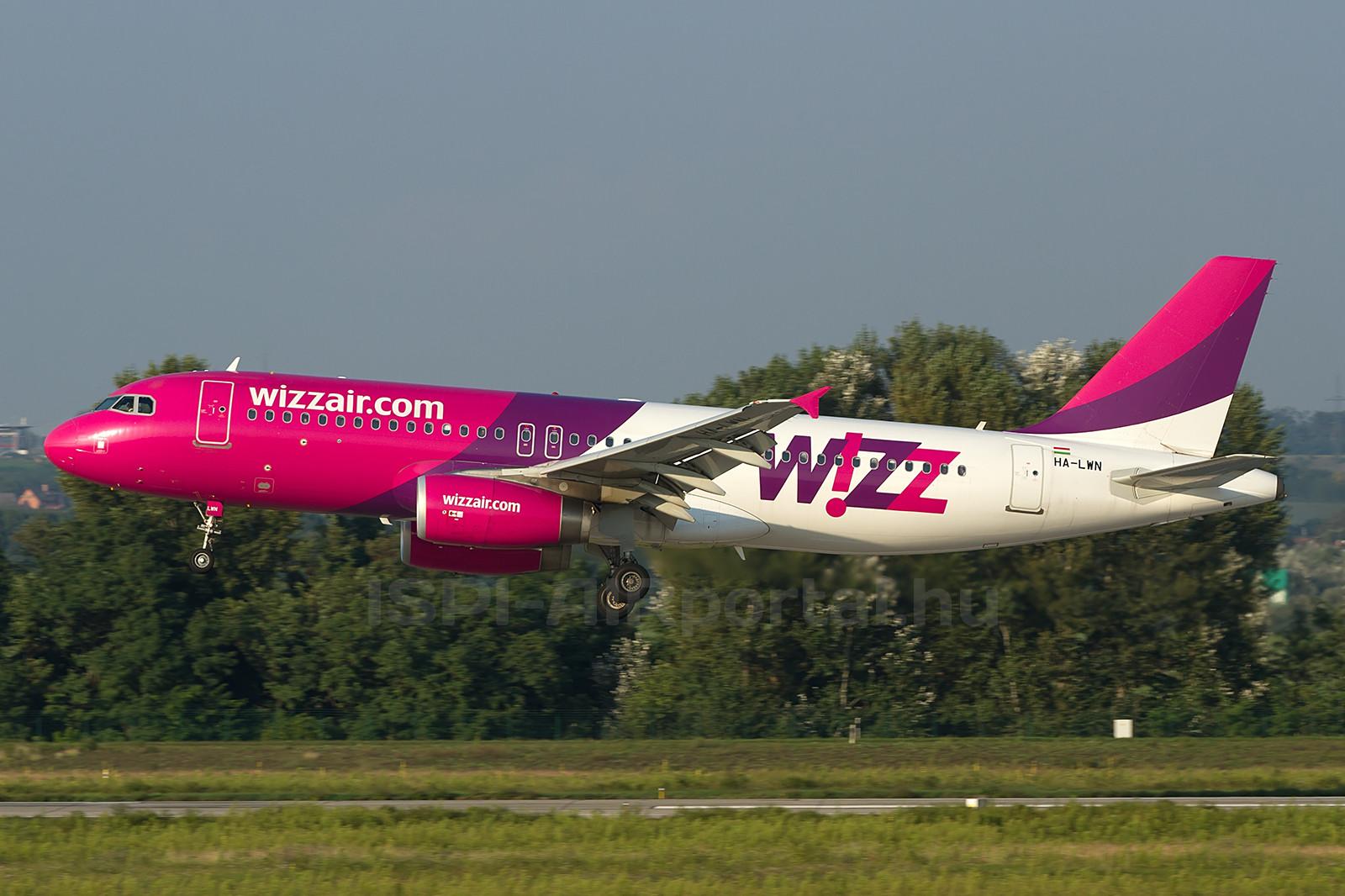 Fotó a repülőgép egy működő hajtóművel végrehajtott leszállásáról. A képen jól látszik, hogy csak a jobb oldali hajtóműből áramlik ki a forró levegő. (Fotó: Ispán Tamás - AIRportal.hu) | © AIRportal.hu