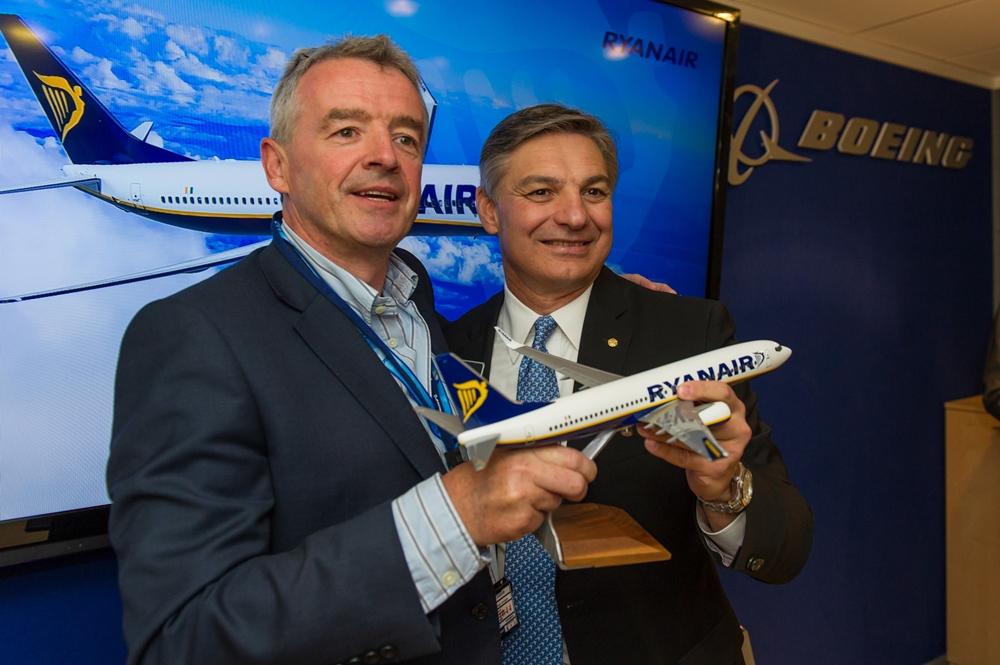 Michael O'Leary, a Ryanair és Ray Conner, a Boeing Commercial Airplanes vezérigazgatói tavaly nyáron az NG 737-es megrendelési szerződés aláírásakor Párizsban. (Fotó: Boeing Company) | © AIRportal.hu
