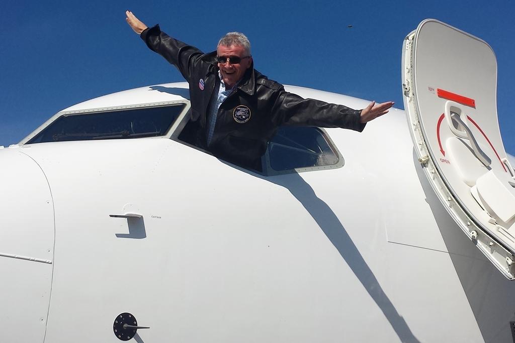 Michael O'Leary a szeptember 10-én megérkezett első gép pilótakabin-ablakából kihajolva pózol. (Fotó: Ryanair) | © AIRportal.hu