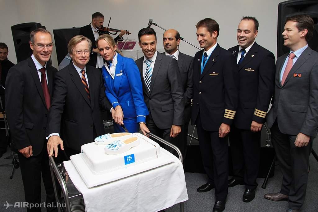 Tortaszelés a SkyCourt konferencia teremben. A képen balról jobbra haladva Olivier Hours, Gajus Scheltema, az egyik légi-utaskísérő és mellette Dror Harel. (Fotó: Csemniczky Kristóf - AIRportal.hu) | © AIRportal.hu