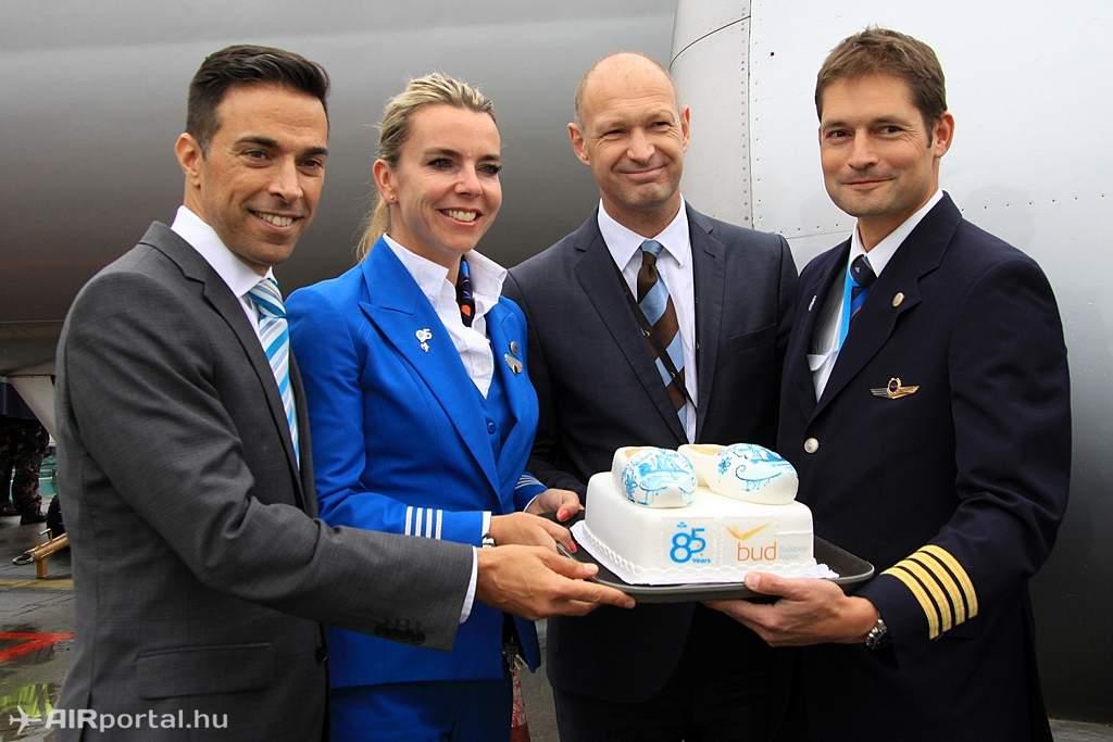 Dror Harel, az Air France - KLM képviseletvezetője és Jost Lammers, a Budapest Airport vezérigazgatója átadják az ünnepi tortát a mai KL1975-ös járat személyzetének. (Fotó: Csemniczky Kristóf - AIRportal.hu) | © AIRportal.hu