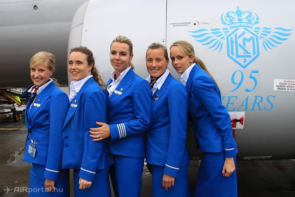 A KLM légi-utaskísérők csoportképe a Boeing 737-es hajtóműve előtt. (Fotó: Csemniczky Kristóf - AIRportal.hu) | © AIRportal.hu